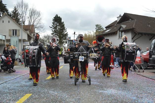 Die Kumetbacher Sürpfler aus Villigen gehen gemeinsam durchs Feuer