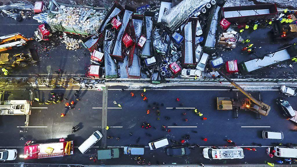Unfallort aus der Vogelperspektive: Bei der Massenkarambolage in China sterben 17 Menschen.