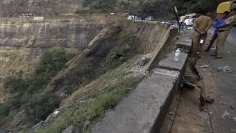Unfallstelle eines Verkehrsunglücks in Westindien, wo ein Bus in eine Schlucht gestürzt war (Symbolbild)