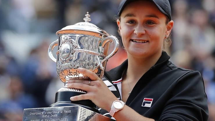 Ashleigh Barty präsentiert den Siegerpokal der French Open 2019.