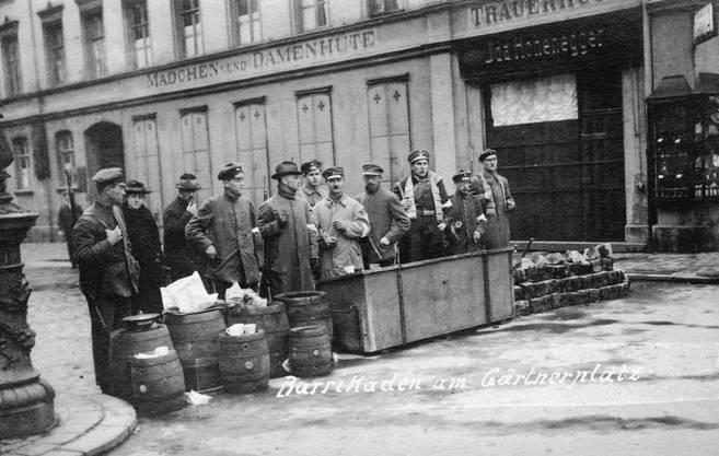 Barrikade von Revolutionären der Räterepublik am Gärtnerplatz in München im April 1919. (Foto: Akg-Images)