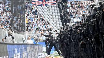 Polizisten müssen hinter dem Tor die Fans bewachen