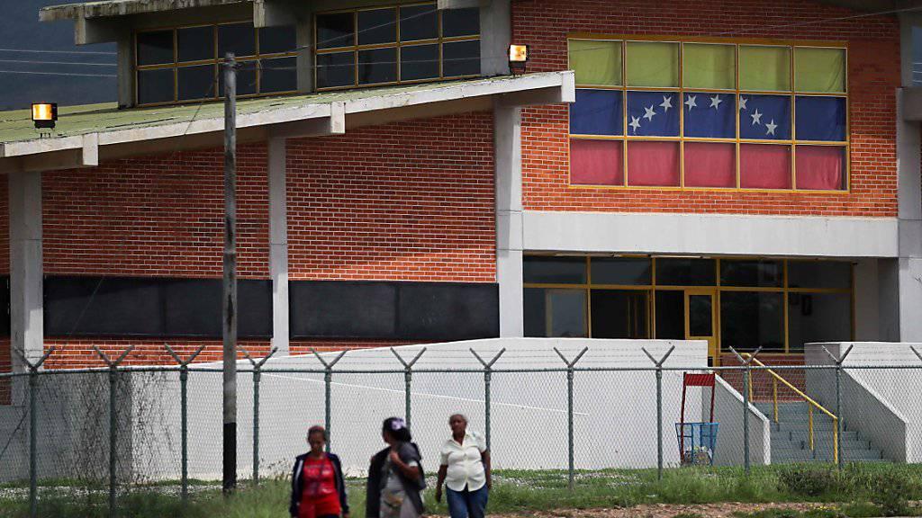 Angehörige von Insassen vor der Haftanstalt, wo bei einem Aufstand mindestens elf Personen getötet wurden.