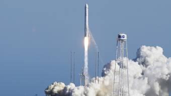"""Die Antares-230-Rakete mit dem Versorgungsfrachter """"Cygnus"""" an Bord beim Start vom Weltraumbahnhof im US-Bundesstaat Virginia."""