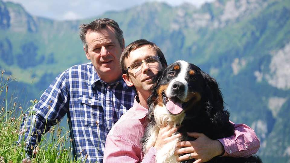Ein Bild aus glücklicheren Tagen: Schorsch und Damian Neuhäusler mit Hund Balu, der beim Brand getötet wurde.