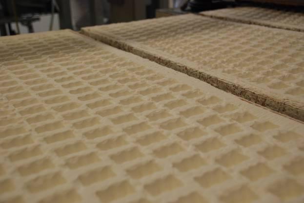 So bekommt das Bärchen seine Form: Eingestanzte Maispuderpalette warten darauf, begossen zu werden