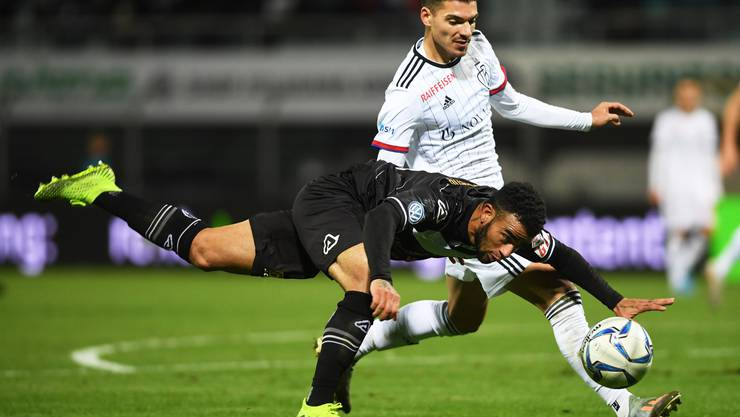 Lugano's player Carlinhos Junior, left, fights for the ball with Basel's player Raoul Petretta, during the Super League soccer match FC Lugano against FC Basel, at the Cornaredo Stadium in Lugano, Sunday, November 10, 2019. (KEYSTONE/Ti-Press/Alessandro Crinari)