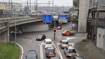 Hoch ist das Verkehrsaufkommen auf der Neumarkt-Kreuzung in Brugg, immer wieder kommt es zu Wartezeiten.