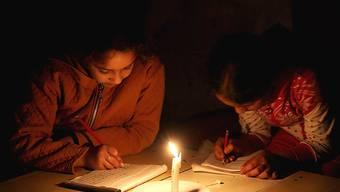Künftig soll im Gazastreifen mehr elektrisches Licht brennen, da die Stromzufuhr erhöht wurde (Archiv)
