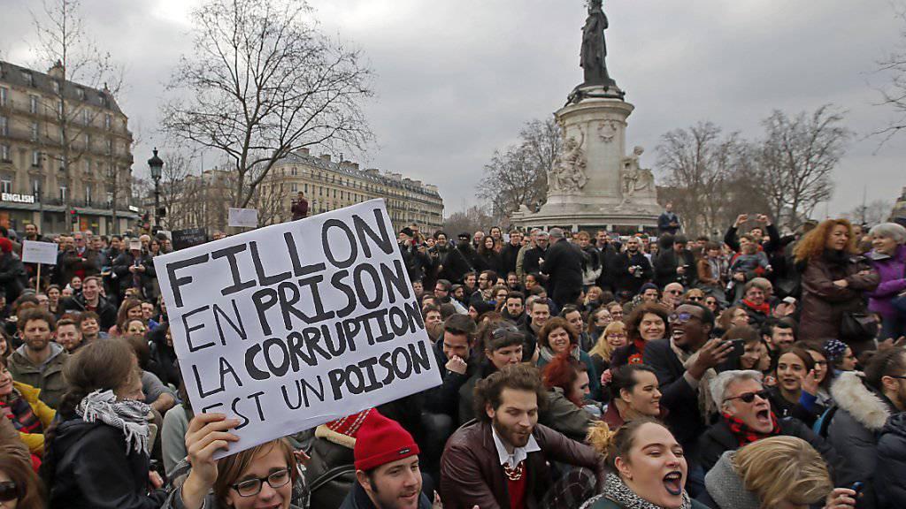 «Fillon ins Gefängnis, Korruption ist ein Gift»: Hunderte protestieren in Paris gegen Korruption in der Politik und gegen den Präsidentschaftskandidaten der Konservativen.