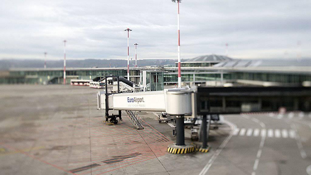 Auf der Start- und Landebahn des EuroAirports in Basel kamen sich zwei Flugzeuge zu nah. Die Flugunfallbehörde Frankreichs untersucht den Vorfall. (Symbolbild)