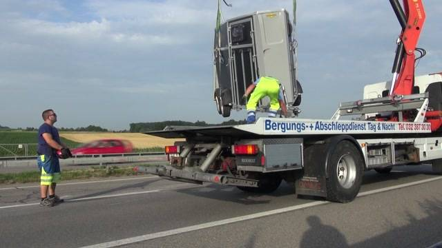 Anhänger mit Rindern auf A6 umgekippt