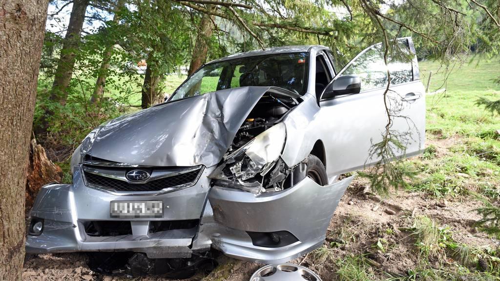 Spritztour mit gestohlenem Auto endet mit Baum-Crash in Kerns