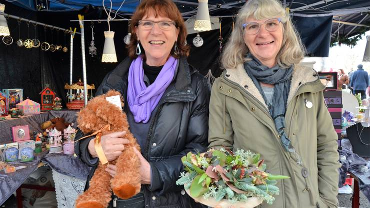 Barbara Krom (links) und Katharina Eichenberger mit ihren Lieblingsstücken.