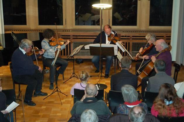 Streichquintett unter der Leitung von Markus Lehmann (Mitte).