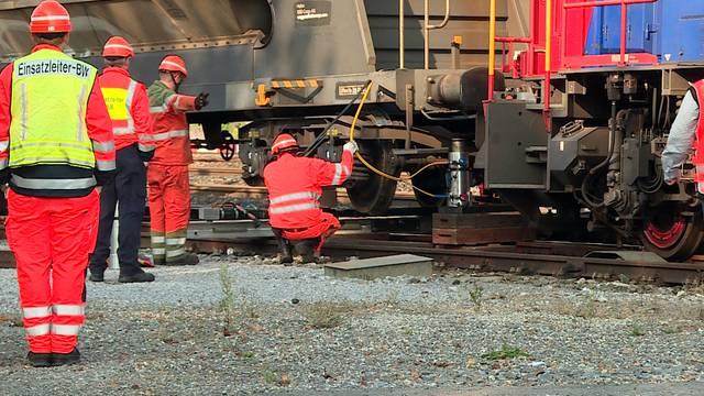 Zeitraffer-Video: Mit Hebezylinder und Holzbalken werden Lok und Wagen wieder zurück auf die Schienen gehoben.