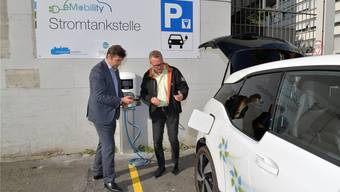 Stadtpräsident François Scheidegger und SWG-Chef Per Just sind die Ersten, die hier Strom tanken.