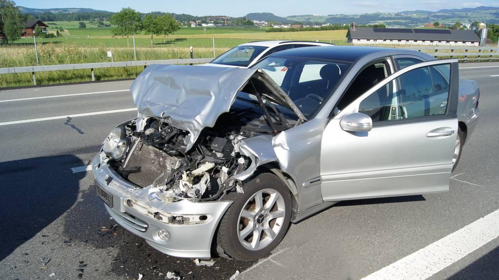 Person bei Kollision leicht verletzt