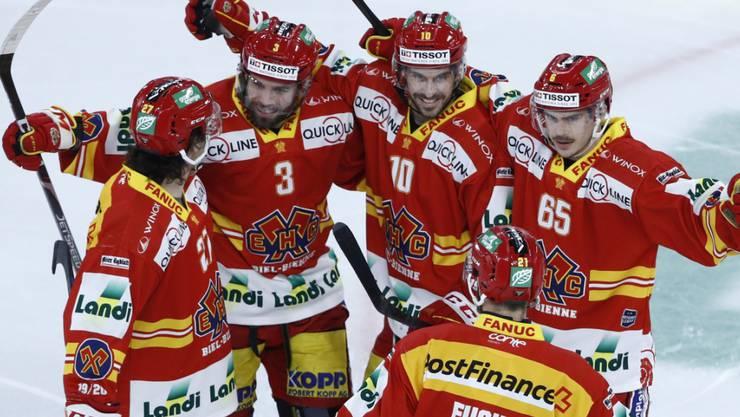 Die Bieler Spieler freuen sich über den ersten Saisonsieg gegen Ambri