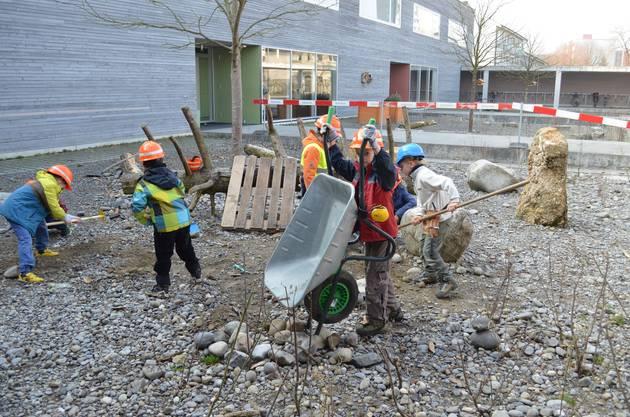 Auf der Baustelle Bodenacker wird tief gegraben.