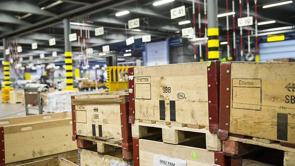 Blick in den Frachtverlad des Flughafen in Zürich: Im Juli haben die Schweizer Unternehmen erneut deutlich weniger Waren exportiert. (Archivbild)