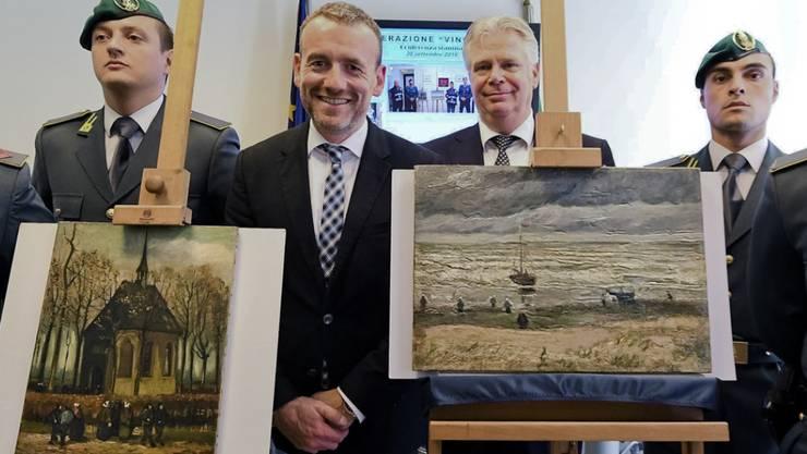 """Ende September 2016 präsentiert Axel Rueger, Direktor des Amsterdamer Van Gogh Museum (Mitte), in Italien die 2002 gestohlenen Gemälde """"Meeressicht bei Scheveningen"""" (r) und """"Die Kirche von Nuenen mit Kirchgängern"""" von Vincent Van Gogh. Im März 2017 kehrten Gemälde nach Amsterdam zurück. (Archiv)"""