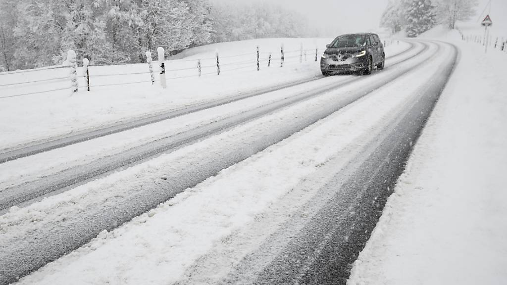 Starker Schneefall blockierte in Frankreich mehrere Strassen und Bahnstrecken. (Symbolbild)