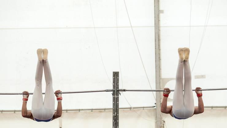 Kraft und Synchronität: Zwei Geräteturner am Eidgenössischen Turnfest in Aarau.