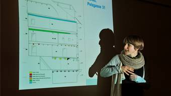 Cecilie Gut von der Kantonsarchäologie mit dem Plan zu Haus Nummer 31.Ueli Wild