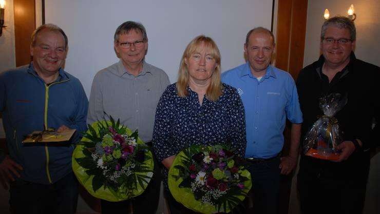Präsident Erich Spuler (im blauen Hemd) ehrt Philipp Hausenstein, Karl Keller, Jacqueline Brunner und René Huber (von links)