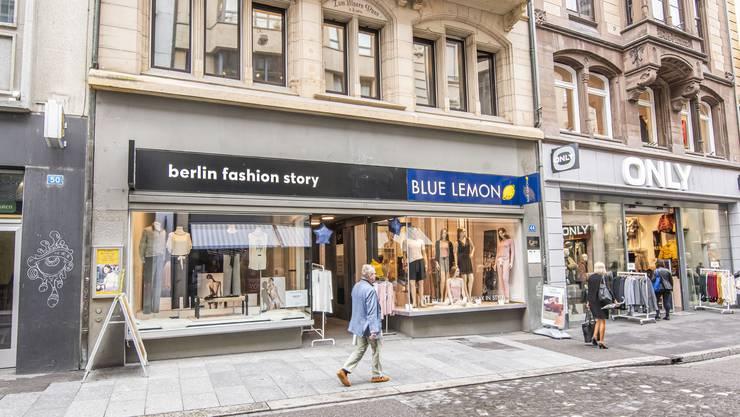 Das Geschäft links steht seit mehreren Monaten leer und dient dem Laden nebenan als Erweiterung seines Schaufensters.