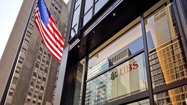 Eine US-Flagge weht vor dem Sitz der UBS an der Park Avenue in New York (Archiv)
