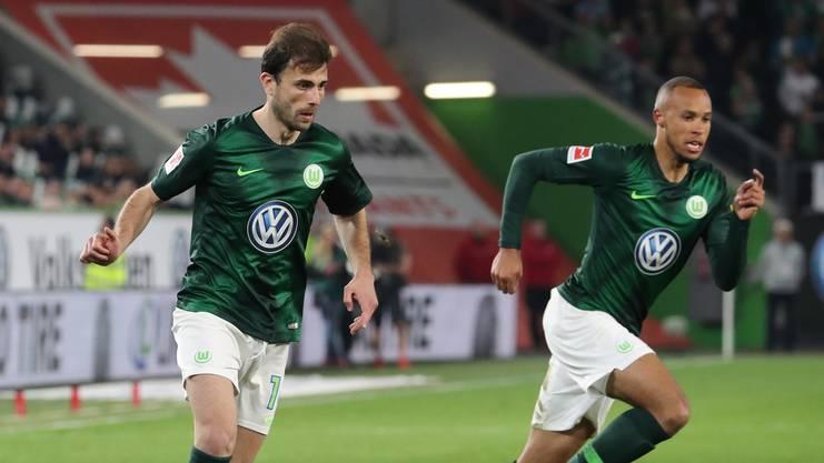 Kongos Marcel Tisserand (r.) beim Einsatz für Wolfsburg zusammen mit Admir Mehmedi (l.).