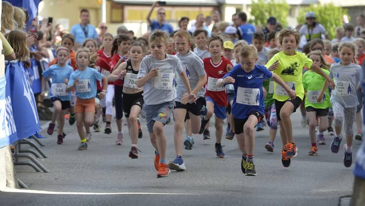 Die Teilnehmer der Kategorie «Rennen Kids» geben alles am Mizuno-Städtlilauf.