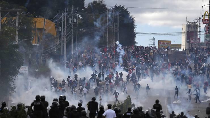 Im Stadion wird der Präsident vereidigt - davor treffen Demonstranten und Polizisten aufeinander.