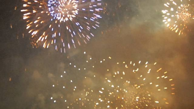 Der Umgang mit Feuerwerk erfordert Vorsicht.