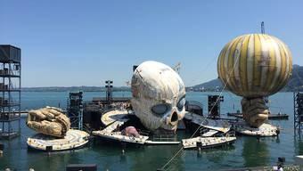 """Probenbetrieb auf der Seebühne der Bregenzer Festspiele: Am 17. Juli wird die Oper """"Rigoletto"""" erstmals in Bregenz aufgeführt. Die Bühne und mit ihr der Clownkopf bewegen sich wie ein grosse, dynamische Maschine."""