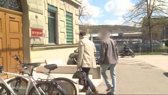 Ein Polizist aus Starrkirch schoss während seiner Freizeit auf eine Amsel und traf dabei das Fenster und das Hochbeet von einer Nachbarin. Das Gericht musste wegen Verfahrensunklarheit den Prozess abbrechen.