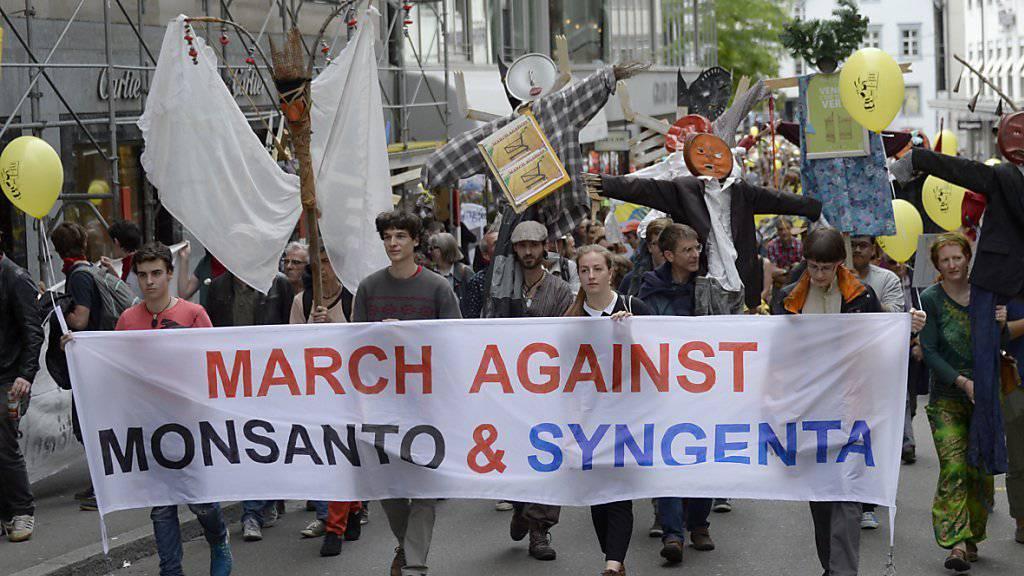 Für diese Aktivisten, die im Mai in Basel demonstrierten, gehören Monsanto und Syngenta in einen Topf. Das Syngenta-Management ist sich da nicht so sicher. Es habe immer mal wieder Spannungen gegeben (Archivbild).
