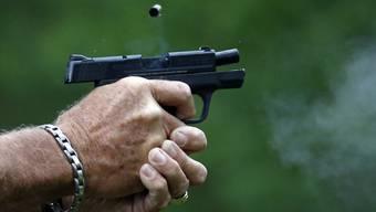 SVP-Nationalrat Jean-Luc Addor fordert, dass Bürgerinnen und Bürger das Recht haben, Waffen im öffentlichen Raum zu tragen. Vorausgesetzt, sie haben zuvor eine Ausbildung in einem Schiessverein besucht. (Symbolbild)
