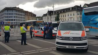 Die Kantonspolizei war mit mehreren Fahrzeugen und Einsatzkräften vor Ort. Auch die Securitrans war anwesend.
