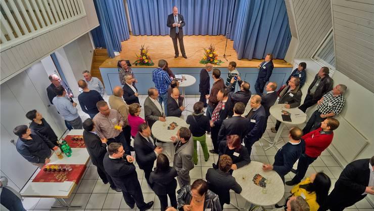 Gemeindeammann Valentin Schmid stellt den Gästen die Entwicklung der Gemeinde vor. Emanuel Freudiger