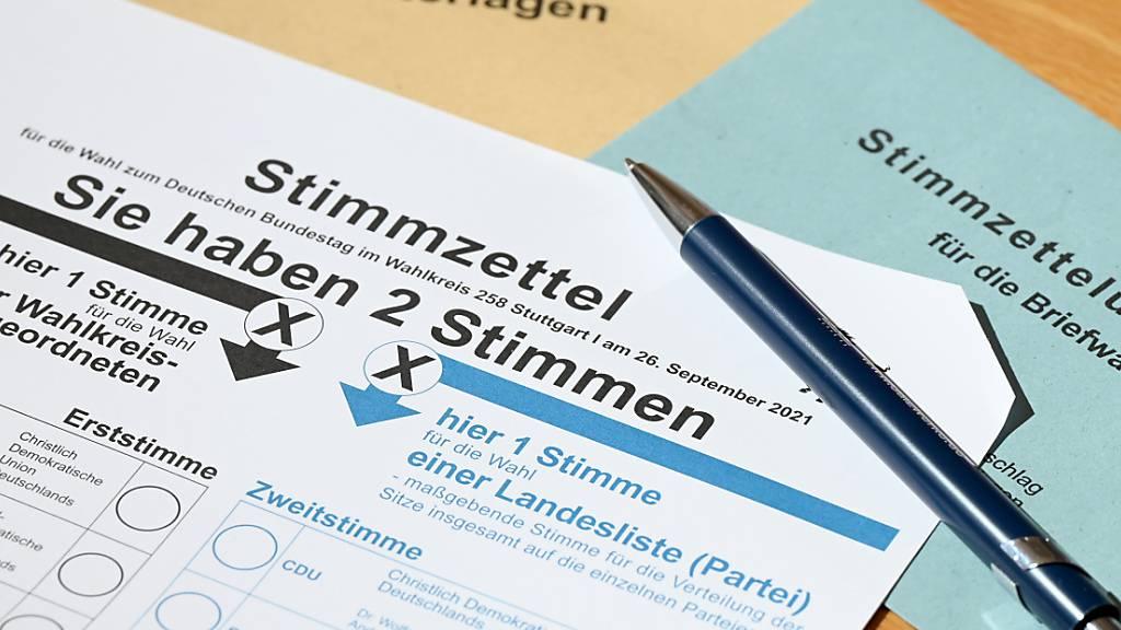 ARCHIV - Ein Stimmzettel für die Briefwahl zur Bundestagswahl in Deutschland. Foto: Bernd Weißbrod/dpa
