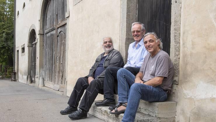 Ex-Hippies, Musiker und Bio-Fans (v. l.) Ueli Frey, Felix Bugmann und Hanspeter Frey vor ihrer alten Wohngemeinschaft.