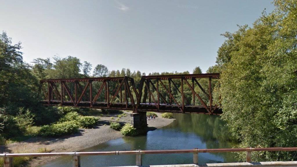 Von dieser Eisenbahnbrücke warf ein Mann einen Vierjährigen in den Fluss Wynoochee im US-Bundesstaat Washington. (Bild googlemaps)