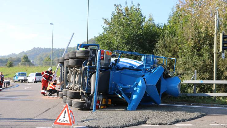 Der Lastwagen kippte in der engen Kurve, dabei floss Beton auf die Strasse.