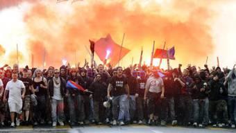 Die Basler Staatsanwaltschaft sucht Fussballanhänger, die sich vor fünf Monaten beim Spiel FC Basel gegen FC Schalke 04 in Basel gewalttätige Auseinandersetzungen geliefert haben. (Archivbild)