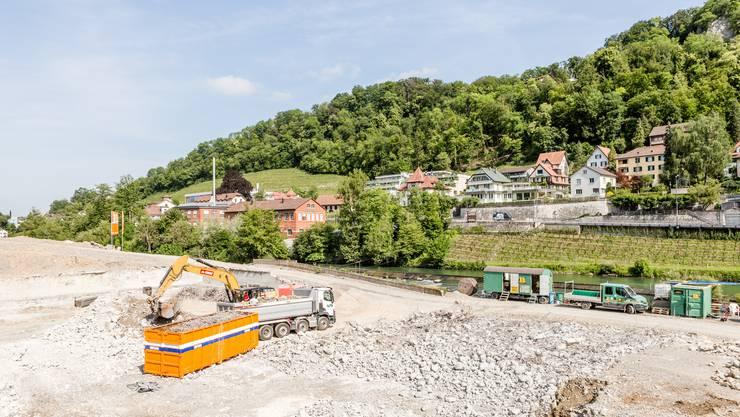 Das Team der Kantonsarchäologie sucht in der Baugrube für das neue Badener Thermalbad nach Überresten der Römerzeit.
