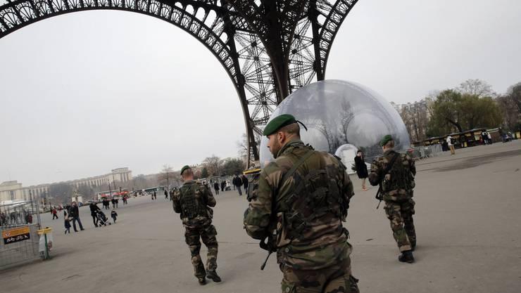 Soldaten beim Eiffelturm: Nach dem Attentat verstärkt Paris die Sicherheitskontrollen.