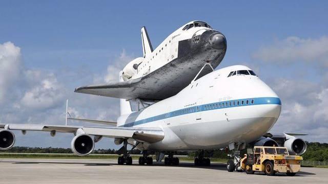 """Die """"Endeavour"""" auf dem Rücken einer umgebauten Boeing 747"""